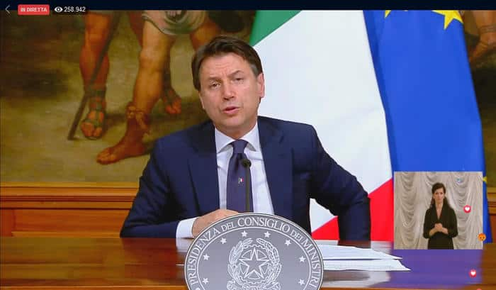 Giuseppe Conte durante un discorso in diretta social